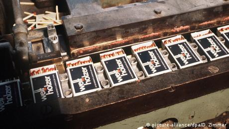 Streichholzschachteln liegen nebeneinander im Fließband(picture-alliance/dpa/D. Zimmer)