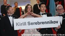 10.05.2018, Frankreich, Cannes: Der Schauspieler Roma Zver (l-r), die Schauspielerin Irina Starshenbaum, der Schauspieler Teo Yoo und Thierry Fremaux, künstlerischer Leiter des Filmfestivals in Cannes, halten anlässlich der Premiere des Films Leto ein Plakat mit dem Namen von Kirill Serebrennikow hoch. Serebrennikow steht unter Hausarrest und darf nicht zum Filmfest kommen. Foto: Joel C Ryan/Invision/AP/dpa +++ dpa-Bildfunk +++