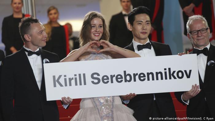 Schauspieler protestieren in Cannes gegen den Hausarrest von Kirill Serebrennikow (picture-alliance/dpa/AP/Invision/J. C Ryan)