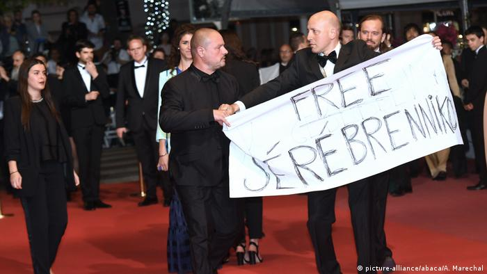 A protester at the premiere of the film Leto in Cannes (picture-alliance/abaca/A. Marechal)