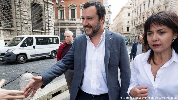 Italiens Innenminister und Lega-Chef Matteo Salvini kommentierte auf Twitter mit Sieg den Gang der Dinge (Foto: picture-alliance/AP Photo/ANSA/M. Percossi)
