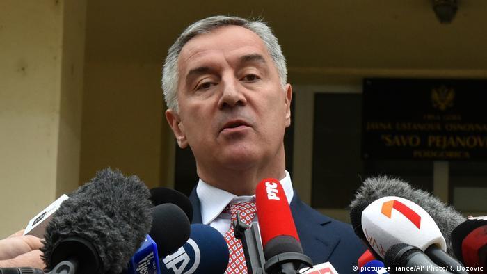Đukanoviću odgovara da se priča o identitetu