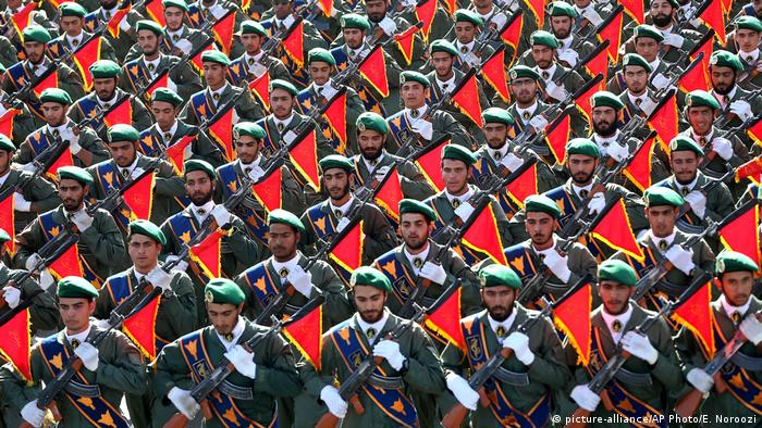 Members of Iran's Revolutionary Guard march in a military parade (picture-alliance/AP Photo/E. Noroozi)