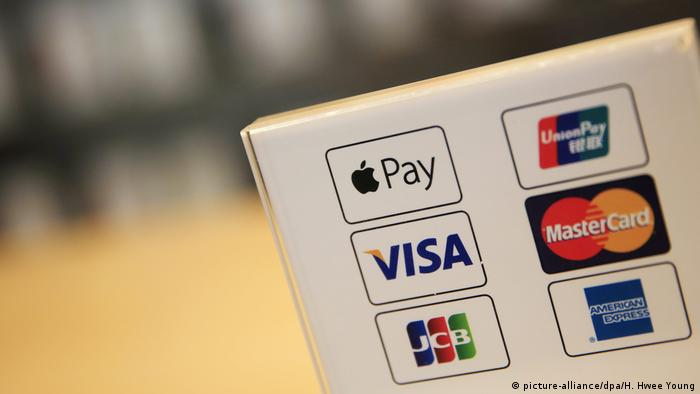 Symbolbild: Diverse Zahlungsanbieter und Apple Pay (picture-alliance/dpa/H. Hwee Young)
