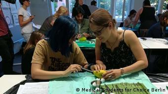Berlin - Medizinstudent*innen lernen Schwangerschaftsbrüche anhand von Papayas durchzuführen