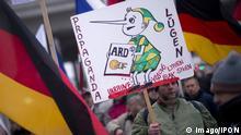 Berlin Demonstranten mit Plakat Lügenpresse ARD ZDF