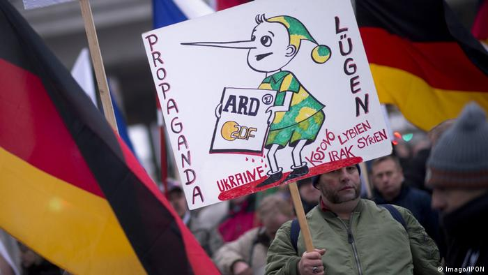 Prosvjed desničara u Berlinu 2016. sa plakatom protiv njemačkih javnih postaja ARD i ZDF