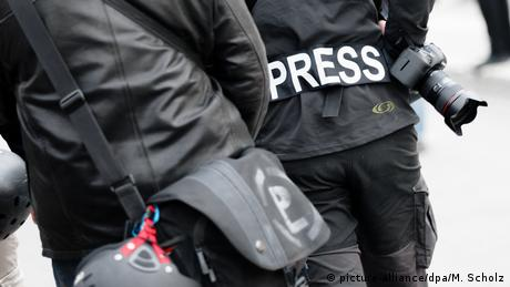 Journalists, one with Press written on his jacket (picture-alliance/dpa/M. Scholz)