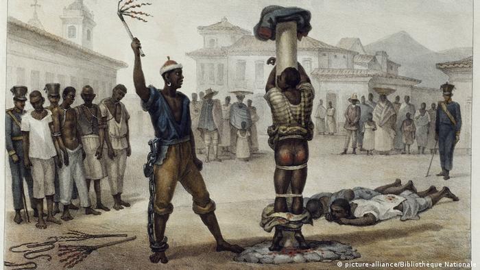 Geschichte: Sklaverei in Brasilien, Lithografie: Auspeitschen von schwarzen Sklaven u. Sklaven im Stock (picture-alliance/Bibliothèque Nationale)