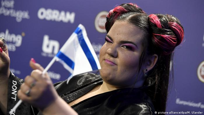 The winner of the ESC 2018, Netta, holding up the flag of her country (picture-alliance/dpa/M. Ulander)
