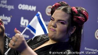 ESC-Siegerin Netta mit kleiner Israel-Flagge in der Hand.