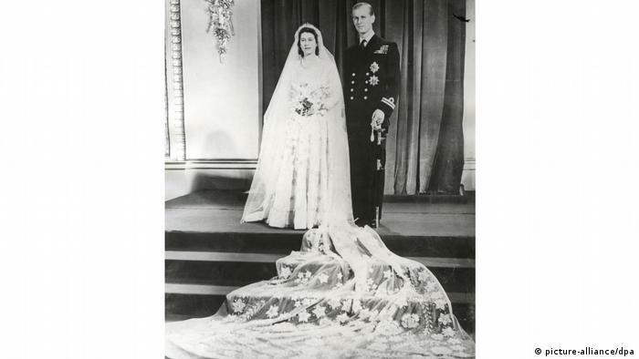 伊麗莎白女王:湊票買來的婚紗 1947年,還是公主的伊麗莎白嫁給了菲利普親王。當時二戰剛剛結束,戰時的物資配給制度還沒有取消,為了購買這件Norman Hartnell設計的禮服,伊麗莎白用光了自己手中的配額票,全國上下不少年輕女性也紛紛捐贈自己手裡的票券,才讓公主穿上了夢中的嫁衣,撐起了王室的尊容。這件婚紗上鑲嵌了水晶和珍珠,頭紗長達4米。