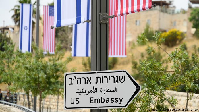 На улицах Иерусалима уже появились дорожные указатели Посольство США
