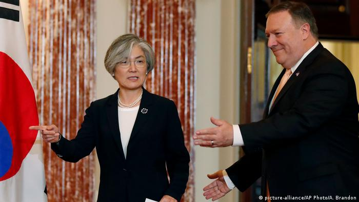 Mike Pomeo gestures gestures as South Korean Foreign Minister Kang Kyung-wha points in Washington (picture-alliance/AP Photo/A. Brandon)