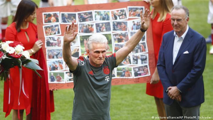 Jupp Heynckes saluda a los fans.