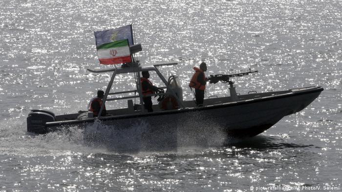 Persischer Golf iranische Speedboote (picture-alliance/AP Photo/V. Salemi)