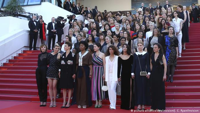 Women standing on the red carpet at the 2018 Cannes Film Festival (picture-alliance/dpa/invision/J. C. Ryan/Invision)