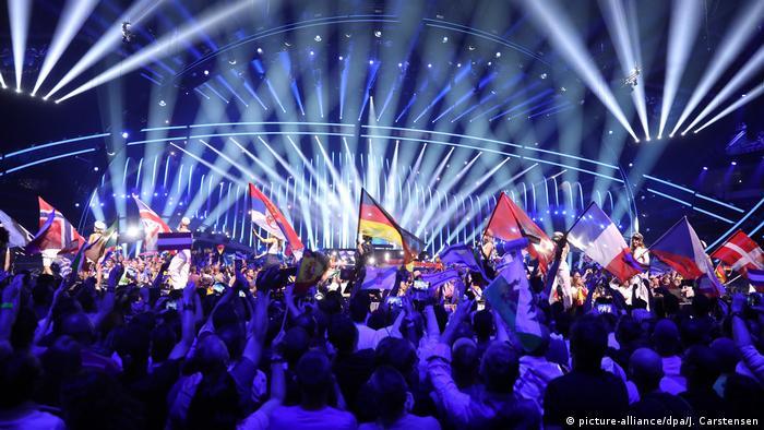 Зрители в зале во время одного из конкурсов Евровидения