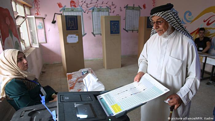 A man votes in the Iraqui parliamentary elections of 2108