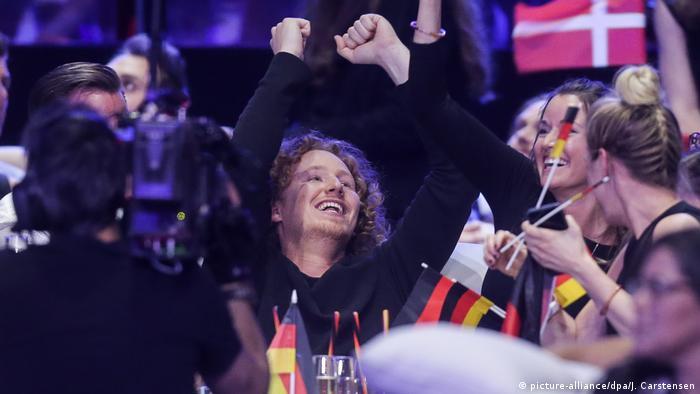 آلمان در ادامه موفقیت چشمگیری به دست نیاورد. نمایندگان این کشور در سه دوره گذشته همواره در رتبه آخر یا یکی مانده به آخر جدول بودند. امسال اما بار دیگر نام آلمان در میان ۵ تیم برتر قرار گرفت. میشائیل شولته، خواننده آلمانی، شامگاه شنبه با ترانه You Let Me Walk Alone در مجموع ۳۴۰ امتیاز کسب کرد و پس از اسرائیل، قبرس و اتریش، چهارم شد.