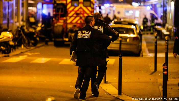 Des officiers de police entrent sur les lieux d'un attentat à l'arme blanche à Paris, en France (photo alliance / MAXPPP / O. Corsan)