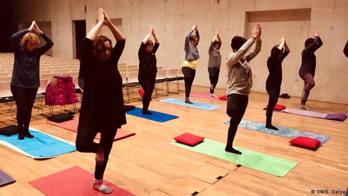 Teilnehmer beim Yoga / Asanas und Yoga im Museum