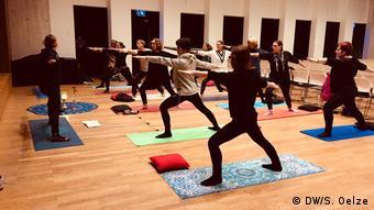 Teilnehmer des Yoga-Kurses im Max Ernst Museum in Brühl