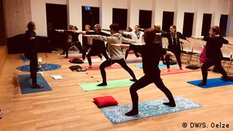 Teilnehmer des Yoga-Kurses im Max Ernst Museum in Brühl (DW/S. Oelze)