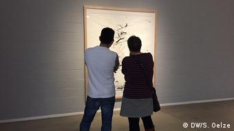 Zwei Teilnehmer des Art Dating vor einer Zeichnung im Lehmbruck Museum