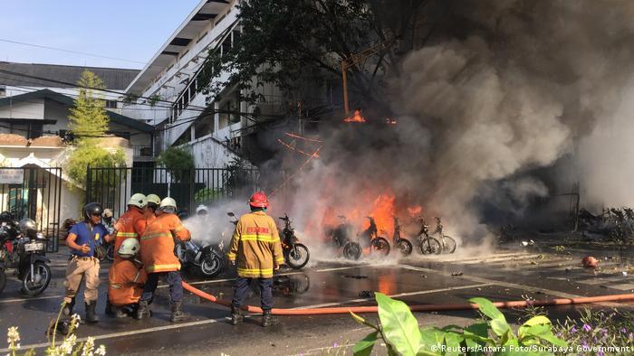 Löscharbeiten nach dem Anschlag auf die Kirche der Pfingstbewegung (Foto: Reuters/Antara Foto/Surabaya Government)