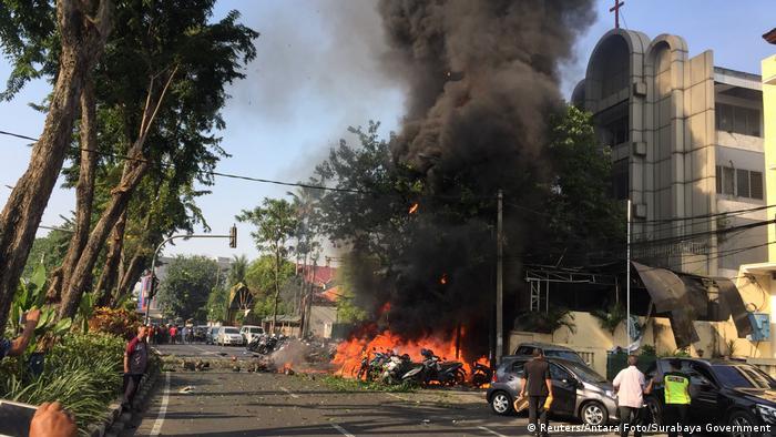 一家人中的父親開著載滿炸彈的車沖進教堂引爆。