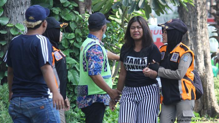 Der Schrecken steht den Gottesdienstbesuchern in Surabaya ins Gesicht geschrieben (Foto: Reuters/Antara Foto/M. Asim)