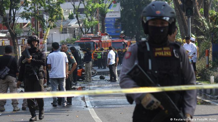 Polizisten versuchen die Anschlagsorte zu sichern - so gut es unter diesen Umständen möglich ist (Foto: Reuters/Antara Foto/M. Asim)