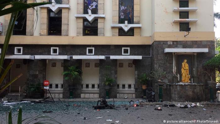 Anschlagsserie auf Kirchen in Indonesien (picture-alliance/AP Photo/Trisnadi)