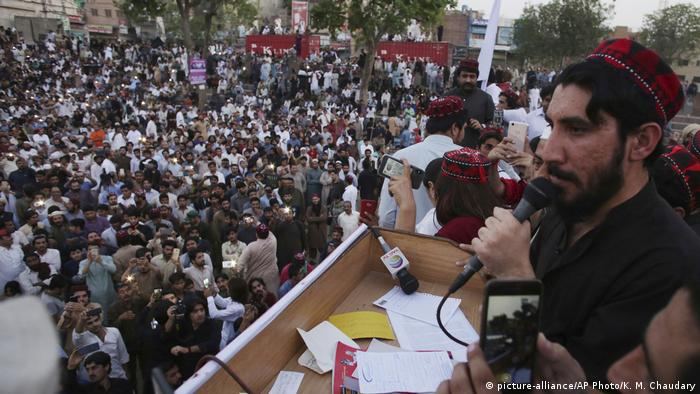 Pashtun activist Manzoor Pashteen addressing a rally (picture-alliance/AP Photo/K. M. Chaudary)