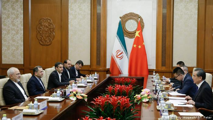 China Mohammed Dschawad Sarif, Außenminister Iran mit Wang Yi, Außenminister (Getty Images/AFP/T. Peter)
