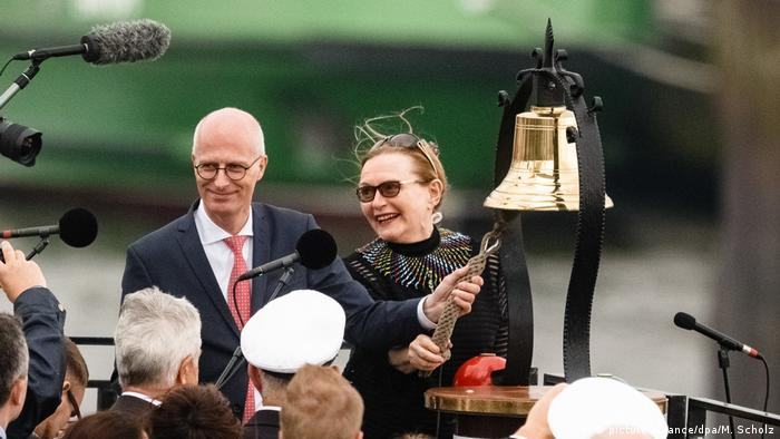 Helen Zille, the premier of South Africa's Western Cape province, and Hamburg Mayor Peter Tschentscher officially ringing in the harbor festival.