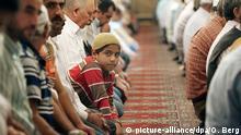 Türkische Muslime beten am Freitag (29.09.2006) in einer Moschee in Köln während des islamischen Fastenmonats Ramadan. Bundesinnenminister Schäuble (CDU) erwartet von den Muslimen in Deutschland keinen formalen Schwur auf das Grundgesetz. «Es geht nicht um bekunden und beurkunden», sagte der Minister dem «Tagesspiegel am Sonntag». Foto: Oliver Berg dpa/lnw (zu dpa 4278 vom 30.09.) +++(c) dpa - Bildfunk+++   Verwendung weltweit