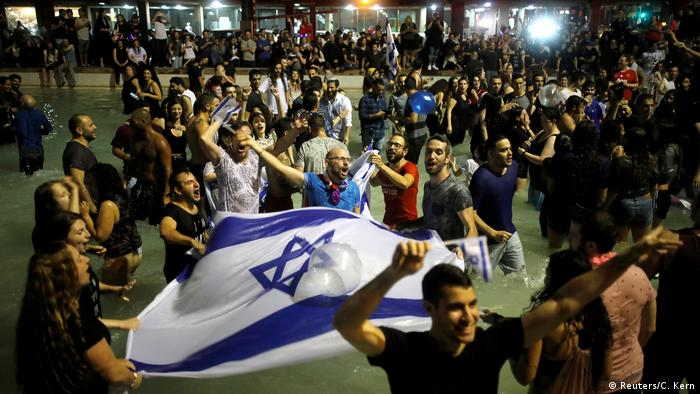 جوانان اسرائیلی پیروزی نتا بازیلای را از جمله در خیابانهای تلآویو جشن گرفتند.
