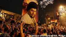 14.05.2018, Irak, Bagdad: Anhänger des schiitischen Geistlichen Muktada al-Sadr jubeln nach ersten Hochrechnungen zur Parlamentswahl. Bei der Parlamentswahl im Irak zeichnet sich eine Niederlage des schiitischen Ministerpräsidenten Haidar al-Abadi ab. Nach vorläufigen Ergebnissen kann die Liste des schiitischen Geistlichen Muktada al-Sadr hingegen mit einem Erfolg rechnen. Al-Sadr setzte sich im Wahlkampf für Reformen und die Bekämpfung der Korruption ein. Foto: Hadi Mizban/AP/dpa +++(c) dpa - Bildfunk+++ |