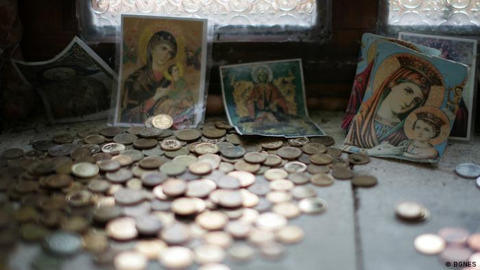Монети пред икони