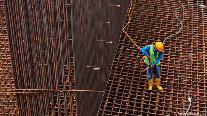 Seorang pekerja tengah merakit besi (Reuters/Beawiharta)