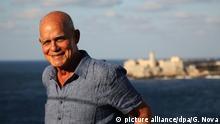ARCHIV - 23.03.2018, Kuba, Havanna: Der kubanische Schriftsteller Pedro Juan Gutierrez lässt sich fotografieren. Vor 20 Jahren setzte Gutierrez seiner Heimatstadt Havanna ein literarisches Denkmal voller Säufer, Schläger und Huren. Jetzt sieht er den morbiden Charme bedroht - von Kempinski, Armani und Airbnb. (zu dpa «Kuba und der Tourismus-Boom: Havanna-Chronist warnt vor Ausverkauf» vom 14.05.2018) Foto: Guillermo Nova/dpa +++(c) dpa - Bildfunk+++ | Verwendung weltweit