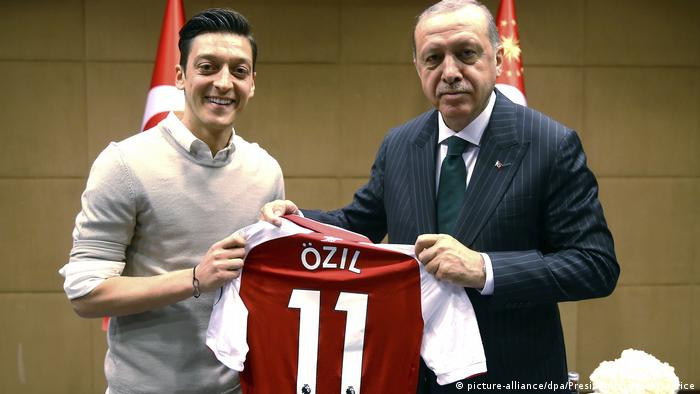 Mesut Özil presenting his jersey to Turkish President Erdogan