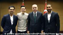 13.05.2018, Großbritannien, London. Recep Tayyip Erdogan (2.v.r.), Staatspräsident der Türkei, steht zusammen mit den Premier League Fußballspielern Ilkay Gündogan (l), Mesut Özil (2.v.l.) und Cenk Tosun (r). Der türkische Präsident Erdogan ist zu Besuch in London. (zu dpa-Meldung: «Foto mit Erdogan: Özil und Gündogan sorgen für Wirbel» vom 14.05.2018) Foto: Uncredited/Pool Presdential Press Service/AP/dpa +++(c) dpa - Bildfunk+++ |