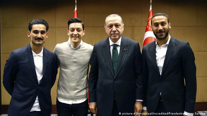 Erdogan mit Özil und Gündogan (picture-alliance/dpa/Uncredited/Presdential Press Service)
