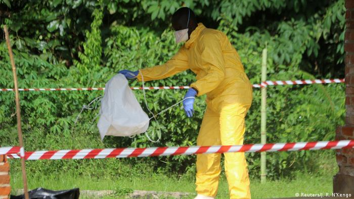Funcionário com roupas especiais para lidar com ebola na República Democrática do Congo