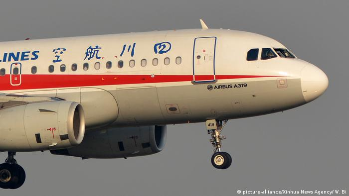 Flight 3U8633, operated by Sichuan Airlines, prepares to conduct emergency landing after a mechanical failure in Chengdu Shuangliu International Airport in Chengdu, capital of southwest China's Sichuan Province, May 14, 2018 (picture-alliance/Xinhua News Agency/ W. Bi)