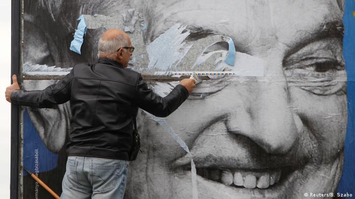 Valla publicitaria con la foto de George Soros dañada en Hungría.