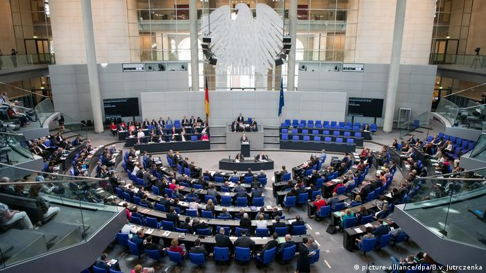 A debate in the German Bundestag - archive image (picture-alliance / dpa / Bv Jutrczenka)